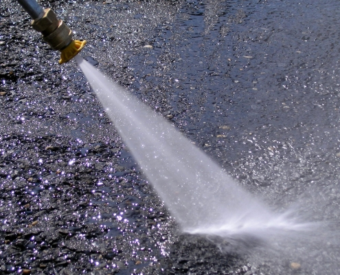 How does a hot water pressure washer work?